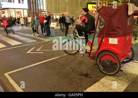 Rikscha, Times Square, 42nd Street, New York City, New York, USA - Stockfoto