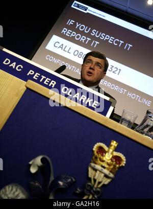 Stellvertretender stellvertretender stellvertretender Kommissar Peter Clarke, Leiter des Anti-Terror-Kommandos von Scotland Yard, während einer Pressekonferenz in New Scotland Yard über die Autobombe, die in Haymarket, im Zentrum von London, in den frühen Morgenstunden des 29/06/2007 entdeckt wurde.