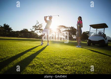 Golf Spieler paar stehen auf Wiese - Stockfoto