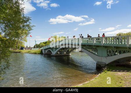 """Fußgänger auf eine gewölbte Brücke im Zentrum Insel Toronto in der Nähe von """"Centreville"""". Die Inseln bieten eine - Stockfoto"""