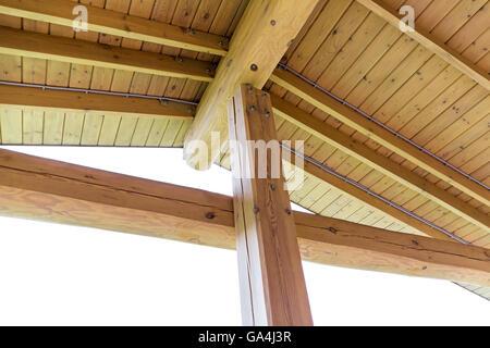 Innenansicht der eine hölzerne Dachkonstruktion, Sparren und Binder - Stockfoto