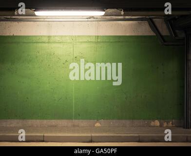 Schmutzige konkrete Garagenwand mit Lampe - Stockfoto