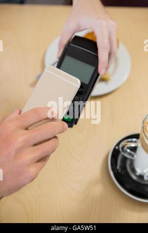 Kunden, die Zahlung über smartphone - Stockfoto