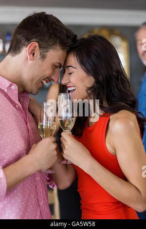 Paar beim Glas Champagner - Stockfoto