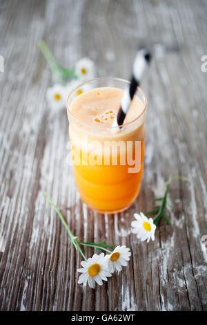 Frischer Saft mit Karotte, Apfel, Gingr und orange