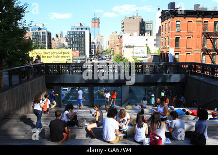 Menschen Sie Tour und genießen Sie die High Line Park in New York City im Sommer zu. - Stockfoto