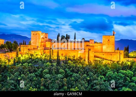 Granada, Spanien. Nachtansicht der berühmten Alhambra mit Alcazaba, Europäische Reiseversicherung Wahrzeichen in - Stockfoto