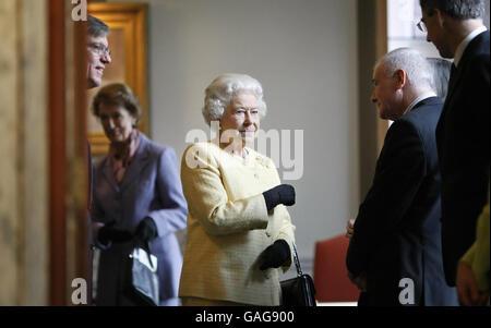 Die britische Königin Elizabeth II. Bei einem Besuch der Royal Academy of Music im Zentrum von London.
