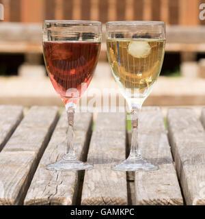 Nahaufnahme von rot- und Weißwein vor einem schönen Hintergrund. - Stockfoto