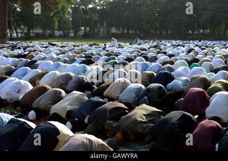 Quetta. 6. Juli 2016. Pakistanische Muslime beten, Eid al-Fitr Festival im Südwesten Pakistans Quetta, 6. Juli 2016 feiern. Bildnachweis: Irfan/Xinhua/Alamy Live-Nachrichten