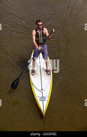Stand Up Paddle-Boarding am Fluss Ouse, Lewes, Sussex, Großbritannien - Stockfoto