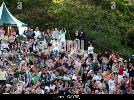 Die Zuschauer jubeln, während sie das Spiel zwischen dem britischen Andy Murray und dem französischen Richard Gasquet während der Wimbledon Championships 2008 im All England Tennis Club in Wimbledon beobachten.