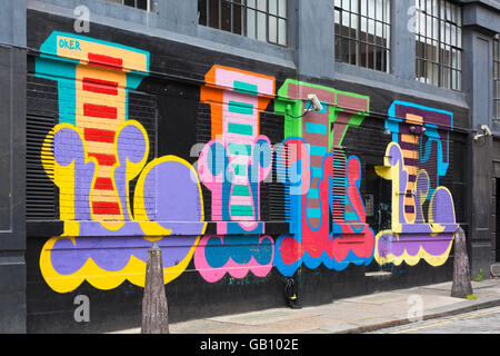 Wie - Teil des bunten Wandbild Graffiti in Shoreditch, London im Juli an Wand - Stockfoto