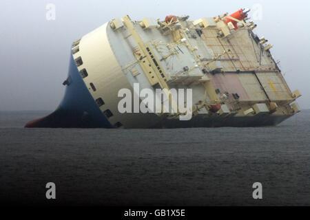 Die MV Cougar Ace roll-on/Roll-off Auto Transportschiff Codebeispiel auf der Seite nach umkippen im Nordpazifik - Stockfoto