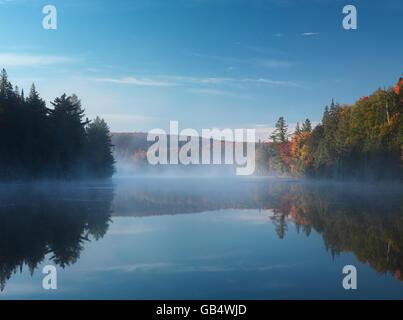 Nebel über Rauch See, Algonquin Provincial Park, Ontario, Kanada - Stockfoto