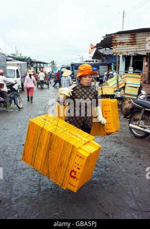 Fisch im gelben Kunststoff-Schalen, transportiert den Grosshandel am Fischmarkt, Frauen machen Sie sich Notizen - Stockfoto