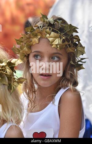 Ein Mädchen mit einem goldenen Kranz bei der jährlichen Solstice Parade in Santa Barbara, Kalifornien - Stockfoto