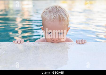 Kinder lernen schwimmen - lustiges Gesicht des kleinen Jungen im Pool. Aktive Gesundheit, Wassersport, Kinder körperliche - Stockfoto