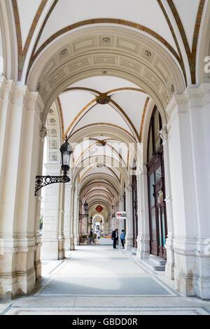 Arcade-Passage am Rathausplatz in der Nähe der Ringstraße in der Innenstadt von Wien, Österreich - Stockfoto