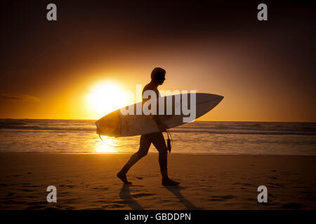 Männliche Surfer Spaziergänge nach Hause nach einem Tag Surfen am Strand von Carmel, Monterey, CA, USA - Stockfoto