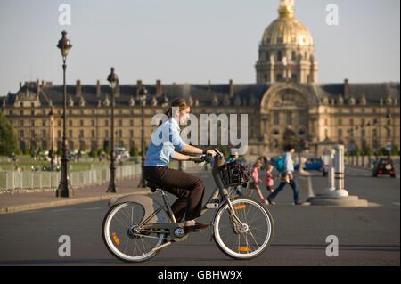Eine Frau fährt eine Velib' Fahrrad auf der Esplanade des Invalides in Paris, Frankreich, 15. Juli 2007. - Stockfoto