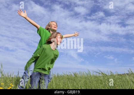 gesunden Sommer Huckepack Kinder im Sommer - Stockfoto
