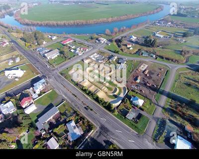 Kaitangata und Clutha River, in der Nähe von Balclutha, Clutha District, South Otago, Südinsel, Neuseeland - Drohne - Stockfoto
