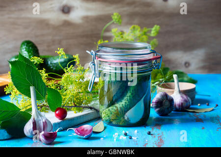 Machen, eingelegte Gurken, hausgemachte Essiggurken im Glas auf rustikalen Holztisch - Stockfoto
