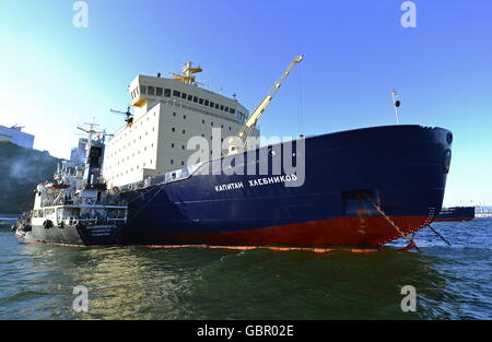 Wladiwostok, Russland. 7. Juli 2016. Der Eisbrecher Kapitan Khlebnikov am Pier Fesco Transportgruppe © ITAR-TASS - Stockfoto