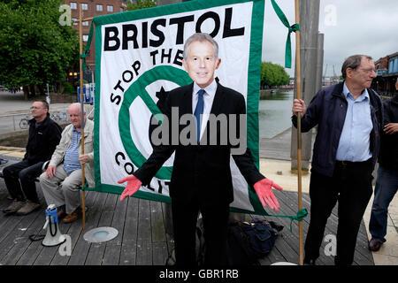 Bristol, UK. 7. Juli 2016. Ein Demonstrant verkleidet, wie Tony Blair bei einer Demonstration abgebildet ist organisiert - Stockfoto