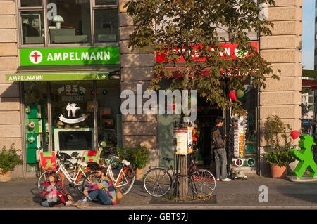 Ampelmann-Concestore in Gendarmenmarkt, Berlin, mit der legendären gebürtige Berliner Fußgänger Ampel-Symbole oder - Stockfoto