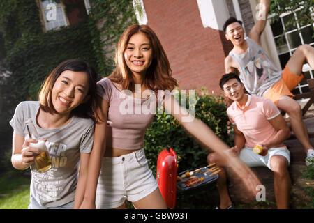 Junge Männer und Frauen am Hof Dinner - Stockfoto