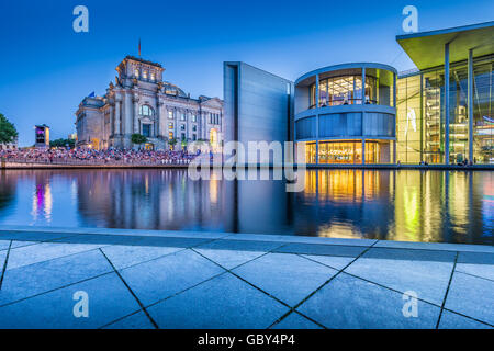 Klassische Ansicht der modernen Berliner Regierungsviertel mit berühmten Reichstagsgebäude und Paul Lobe Haus im - Stockfoto