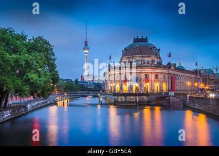 Schöne Aussicht auf historische Berliner Museumsinsel mit dem berühmten Fernsehturm und Spree entlang in der Dämmerung - Stockfoto