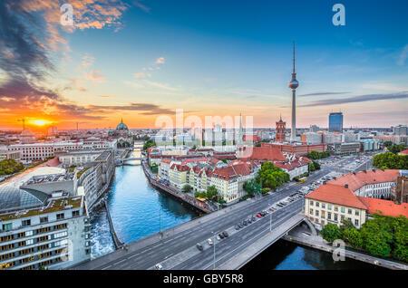 Luftaufnahme der Berliner Skyline mit berühmten Fernsehturm und Spree entlang im schönen Abendlicht bei Sonnenuntergang, - Stockfoto