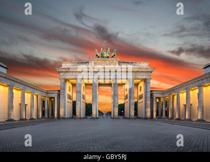 Klassische Ansicht des Brandenburger Tor im Zwielicht, Berlin, Deutschland - Stockfoto