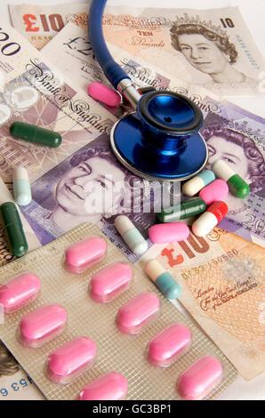 Pfund Sterling Banknoten, Stethoskop, Kapseln, symbolisches Bild, Gesundheitswesen im Vereinigten Königreich - Stockfoto