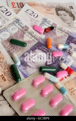 Pfund Sterling Banknoten, Kapseln, symbolisches Bild, Gesundheitswesen im Vereinigten Königreich - Stockfoto