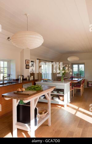 Offene Küche Esszimmer. Der Tisch gegenüber der Spüle ist Kiefer und Iroko von Hugh Leslie entworfen. - Stockfoto
