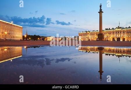 Russland, Sankt-Petersburg, 3. Juli 2016: Schlossplatz mit Nachtbeleuchtung, Winterpalast, Eremitage, Alexander - Stockfoto