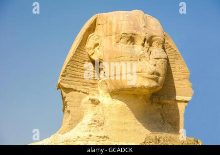 Die große Sphinx von Gizeh. Monumentale Kalksteinfigur mit dem Körper eines Löwen und einem menschlichen Kopf. Gizeh, - Stockfoto