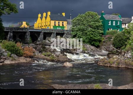 Das Dorf von Sneem auf der Iveragh-Halbinsel in der Grafschaft Kerry in Irland. - Stockfoto
