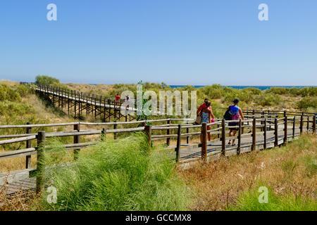 Portugal, Algarve, Monte Gordo, holzsteg Gehweg über die Dünen zum Strand - Stockfoto