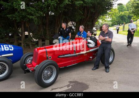 Männer warten mit einer 1930er Jahre Ära des französischen und italienischen Autofahren Festivals am Prescott Hill - Stockfoto