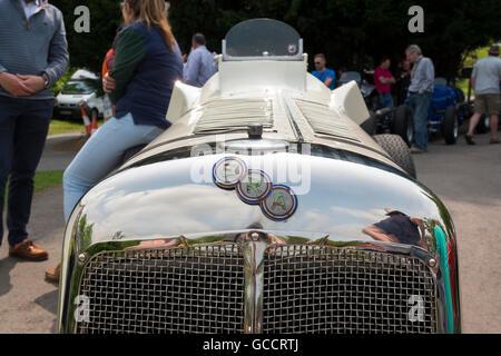 Menschen warten mit einer 1930er Jahre Ära des französischen und italienischen Autofahren Festivals am Prescott - Stockfoto