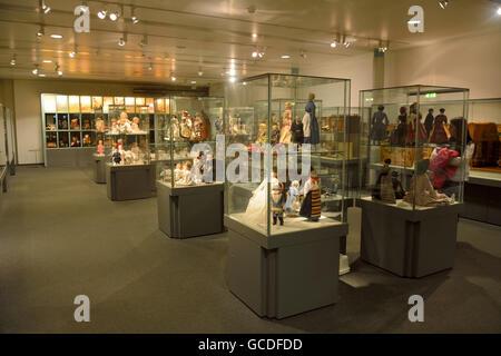 Innere des Spielzeugmuseum Spielzeugmuseum in Nürnberg, mit Displays mit Puppen und Spielzeug. - Stockfoto