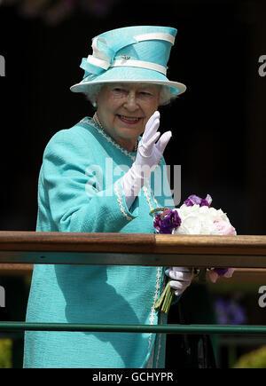 Die britische Königin Elizabeth II. Am vierten Tag der Wimbledon Championships 2010 im All England Lawn Tennis Club, Wimbledon.