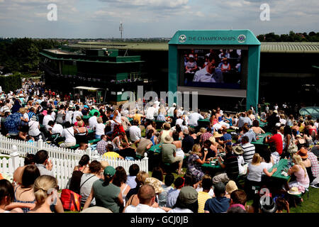 Tennisspieler beobachten den Briten Andy Murray am vierten Tag der Wimbledon Championships 2010 im All England Lawn Tennis Club, Wimbledon, in Aktion gegen den finnischen Jarkko Nieminen.