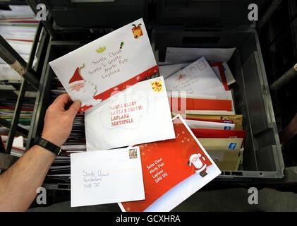 Royal Mail Mitarbeiter im St. Rollox Sortierbüro in Glasgow, als sie die Post in der geschäftigsten Woche des Jahres sortieren. Gestern bearbeiteten sie 130 Millionen Karten, Briefe und Geschenke online bestellt.