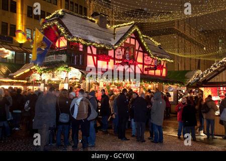 Weihnachtsmarkt am Kennedy-Platz, stehen mit Glühwein, Essen, Ruhrgebiet, Nordrhein-Westfalen - Stockfoto